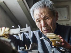 Mất cả 2 tay nhưng người đàn ông 63 tuổi này vẫn làm tất cả phải nể phục